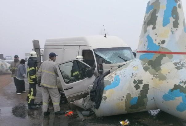 Под Мариуполем микроавтобус Volkswagen врезался в тетрапод